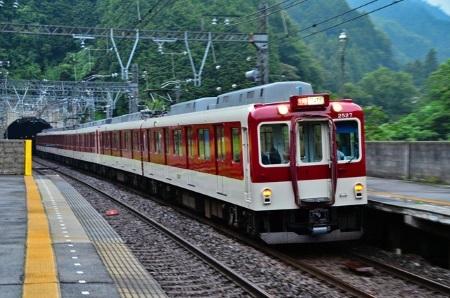 西青山駅構内c.jpg